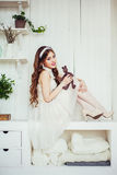 Foto di modo del vestito da sposa d'uso sorridente dalla ragazza Fotografie Stock Libere da Diritti