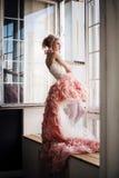 Foto di modo di bello uso della ragazza vestito da minimo e massimo Fotografia Stock Libera da Diritti