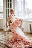 Foto di modo di bello uso della ragazza vestito da minimo e massimo Fotografia Stock