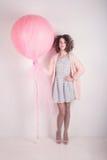 Foto di modo di giovane donna elegante La ragazza sta proponendo in studio Immagine Stock