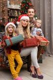 Foto di Natale della famiglia felice fotografia stock libera da diritti