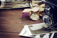 Foto di nostalgia con le foto di nozze e della macchina fotografica Immagine Stock Libera da Diritti