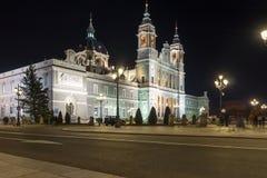 Foto di notte di Almudena Cathedral in città di Madrid, Spagna Fotografie Stock Libere da Diritti