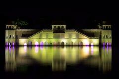 Foto di notte del castello in India che riflette nel lago Immagine Stock