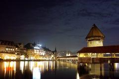 Foto di notte del ponte della cappella in città di Lucern Fotografia Stock