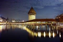 Foto di notte del ponte della cappella in città di Lucern, cantone di Lucerna, Svizzera Immagine Stock