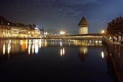 Foto di notte del ponte della cappella in città di Lucern, Svizzera Fotografie Stock