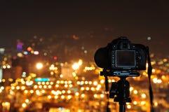 Foto di notte dell'introito con la macchina fotografica ed il treppiedi Fotografie Stock