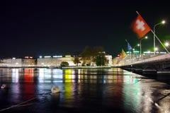 Foto di notte della città di Ginevra e del ponte sopra il fiume Rodano Immagini Stock Libere da Diritti