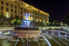 Foto di notte della fontana davanti alla costruzione della presidenza a Sofia, Bulgaria Immagini Stock