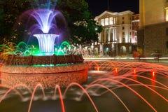 Foto di notte della fontana davanti alla costruzione della presidenza a Sofia, Bulgaria Fotografie Stock Libere da Diritti