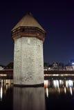 Foto di notte della torre del ponte della cappella in città di Lucern, cantone di Lucerna, Svizzera Fotografia Stock