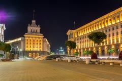Foto di notte delle costruzioni della presidenza e di precedente Camera del partito comunista a Sofia, Bulgaria Fotografie Stock