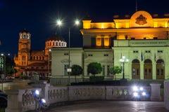 Foto di notte di assemblea nazionale e di Alexander Nevsky Cathedral in città di Sofia, Bulgaria Fotografia Stock Libera da Diritti