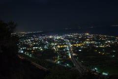 Foto di notte di una città dalla cima di una collina fotografie stock
