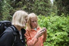 Foto di osservazione della figlia e della madre su una macchina fotografica immagini stock libere da diritti