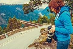 Foto di presa turistica dal punto di vista Norvegia di Stegastein Fotografia Stock Libera da Diritti