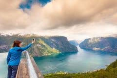 Foto di presa turistica dal punto di vista Norvegia di Stegastein Immagini Stock Libere da Diritti