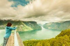 Foto di presa turistica dal punto di vista Norvegia di Stegastein Immagine Stock Libera da Diritti