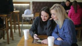 Foto di punto di vista della ragazza con lo smartphone in una caffetteria stock footage