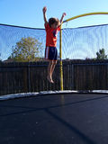 Foto di riserva del ragazzo che salta al trampolino fotografia stock libera da diritti