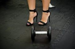 Foto di riserva della donna in scarpe dei tacchi alti dalle teste di legno a Immagini Stock Libere da Diritti