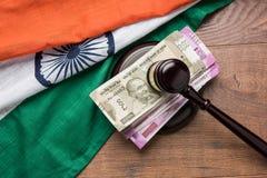 Foto di riserva delle note indiane della rupia di valuta con legge Gavel isolate su bianco, concetto che mostra legge di finanza  Fotografie Stock Libere da Diritti