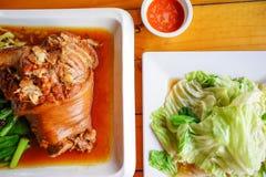 Foto di riserva - gamba stufata della carne di maiale e cavolo in padella con il pesce s Fotografia Stock Libera da Diritti