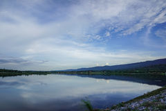 Foto di riserva - il bacino idrico del paesaggio potrebbe località di soggiorno del cielo Fotografie Stock