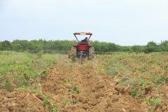 Foto di riserva: L'agricoltore era ha guidato il trattore che ara il suolo a picup Fotografie Stock