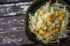 Foto di riserva - omelette in padella dell'ostrica con il germe di soia Immagini Stock