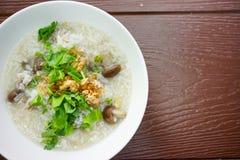 Foto di riserva - riso della poltiglia bollito con aglio fritto con il fungo Immagine Stock Libera da Diritti