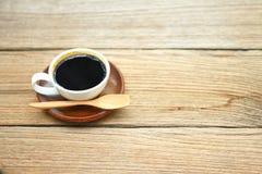 Foto di riserva - tazza di caffè alta vicina sulla tavola di legno nel MOR Fotografia Stock