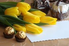 Foto di scorta di schede del regalo dei tulipani di giorno dei biglietti di S. Valentino Immagini Stock Libere da Diritti