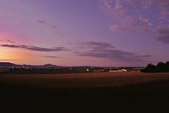 Foto di sera dalla regione di stredohori di Ceske con il cielo e le luci magici dai villaggi Keblice, Nove Kopisty e spirito di L Immagini Stock