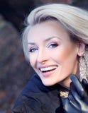 Foto di signora bionda attraente che posa, sorridente. Fotografie Stock Libere da Diritti