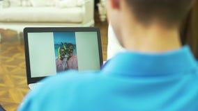 Foto di sorveglianza della donna e dell'uomo a partire dalla vacanza stock footage