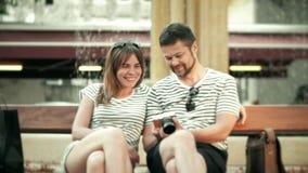 Foto di sorveglianza delle giovani coppie felici nella macchina fotografica compatta sulla loro vacanza archivi video