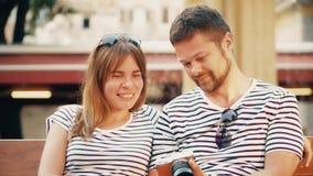 Foto di sorveglianza delle giovani coppie felici nella macchina fotografica sulla loro vacanza stock footage