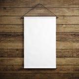 Foto di tela d'annata bianca in bianco che appende sui precedenti di legno Modello verticale 3d rendono Immagini Stock
