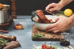 Foto di un processo di cottura della carne con gli ingredienti Fotografia Stock Libera da Diritti