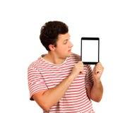 Foto di un uomo che per mezzo del PC della compressa Schermo bianco in bianco tipo emozionale isolato su fondo bianco immagine stock