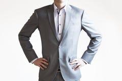 Foto di un uomo d'affari in vestito grigio che sta nella posa sicura o Fotografie Stock Libere da Diritti