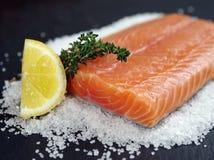 Bistecca di color salmone cruda Fotografia Stock Libera da Diritti