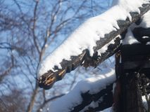 Foto di una casa bruciata nell'inverno Fasci carbonizzati di casa di legno Casa bruciata immagini stock