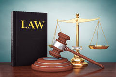 Foto di vecchio stile Scala dell'oro della giustizia, libro di legge e martelletto di legno Fotografia Stock Libera da Diritti