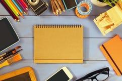 Foto di vista superiore dei rifornimenti di scuola sulla tavola di legno Immagini Stock