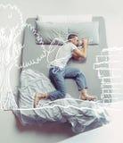 Foto di vista superiore del giovane che dorme in un grande letto bianco e nei suoi sogni immagine stock