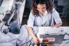 Foto di vista superiore dell'indumento di cucito della cucitrice sulla macchina per cucire nella sala immagini stock