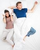 Foto di vista superiore delle coppie a letto Immagini Stock